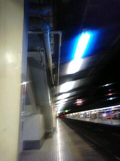 荻窪駅ホームの青い蛍光灯。